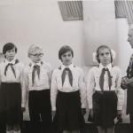 Герой Радянського Союзу Копитенков М.І. вручає загону 6-х класів посвідчення про присвоєння ім'я Героя Радянського Союзу Ф. Пушиної, 1984 р.